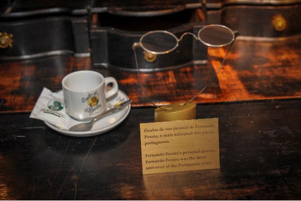"""Escrivaninha de Fernando Pessoa e uma rara primeira edição da """"Mensagem"""" em exibição no Museu do Pão"""