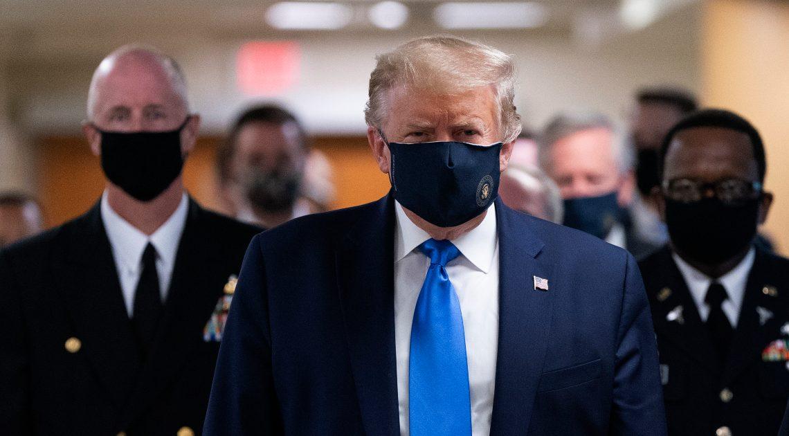 Presidente dos EUA usa pela primeira vez uma máscara em público