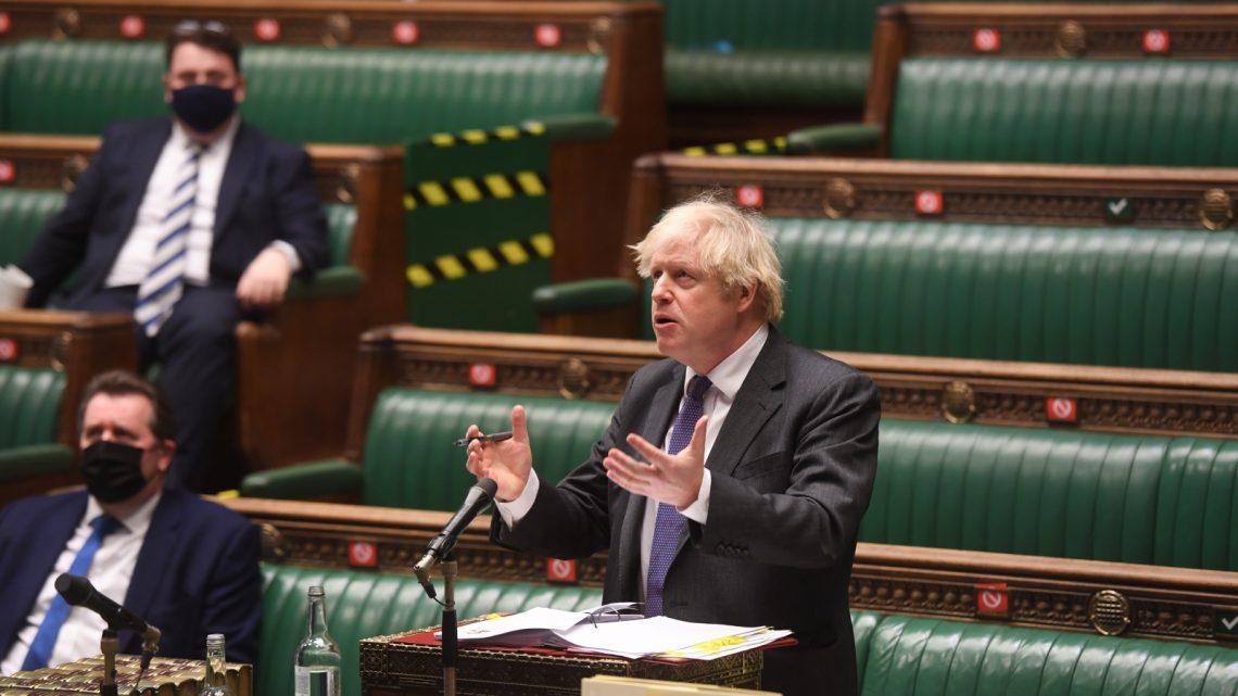 Boris Johnson assume responsabilidade pelas 100 mil mortes no Reino Unido