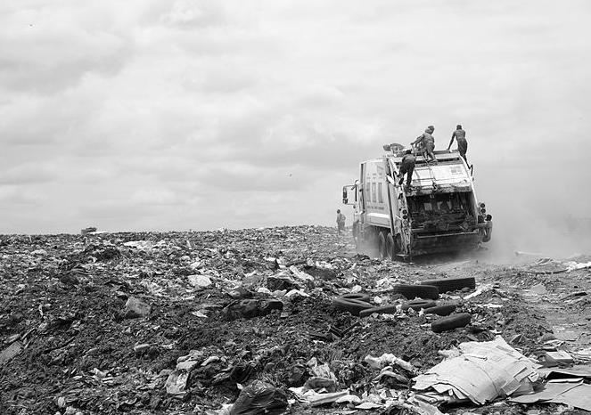Da lixeira à reciclagem, plástico ajuda a estudar e matar a fome