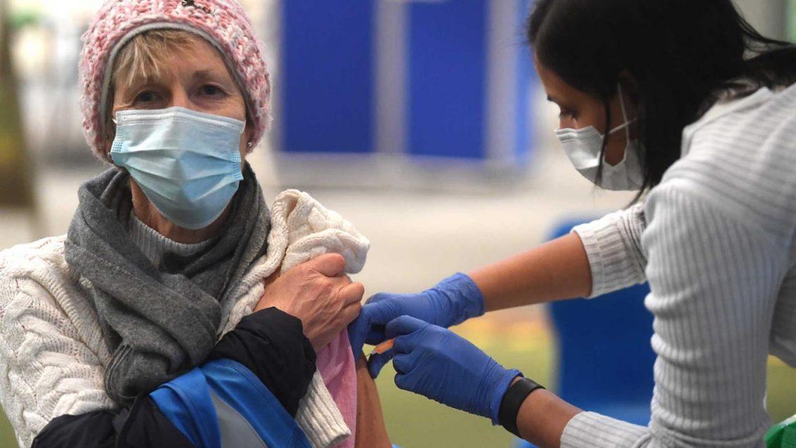Reino Unido atinge objetivo de uma dose de vacina a 15 milhões de pessoas