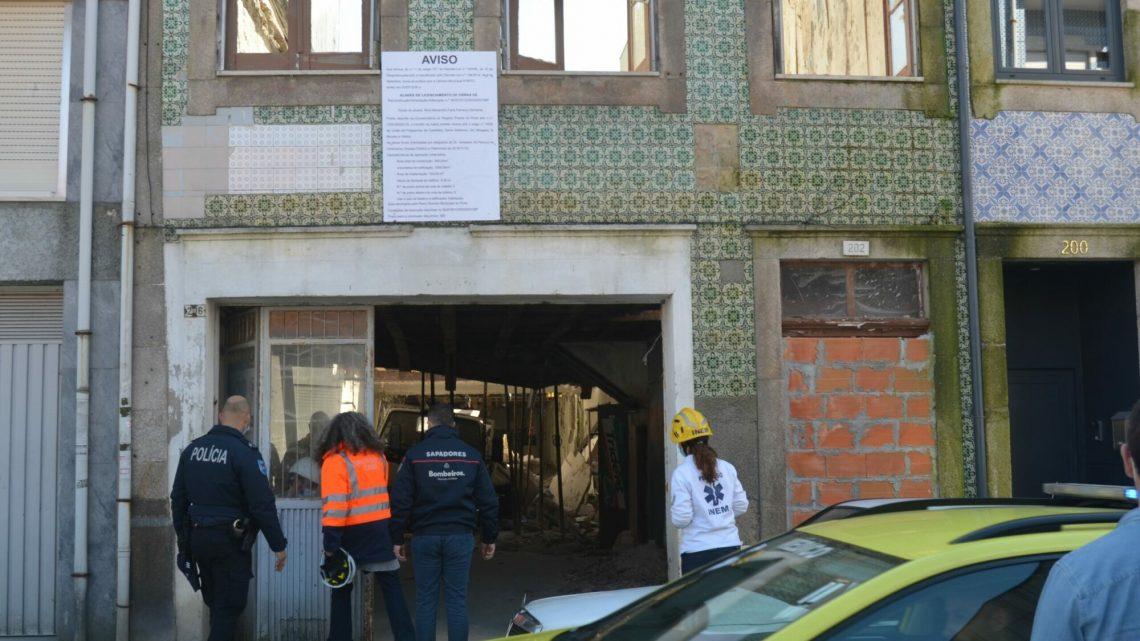 Um ferido grave e um ligeiro após queda de placa em prédio em obras no Porto