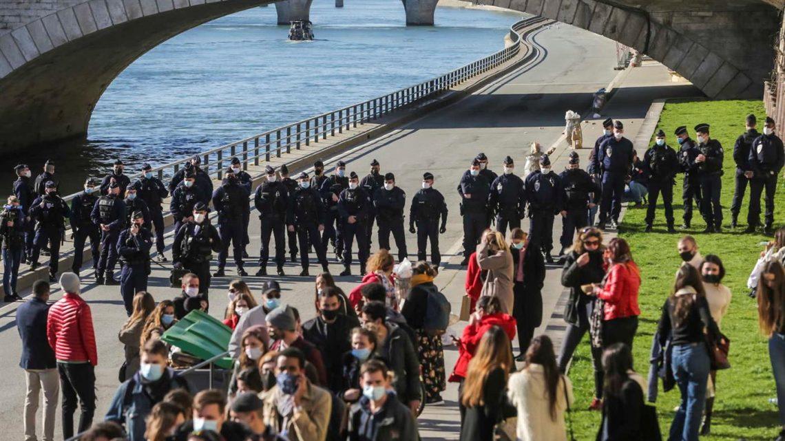 Polícia francesa evacua cais lotados junto ao Sena em Paris