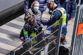 """Oito pessoas esfaqueadas na Suécia. Polícia suspeita de """"ato terrorista"""""""