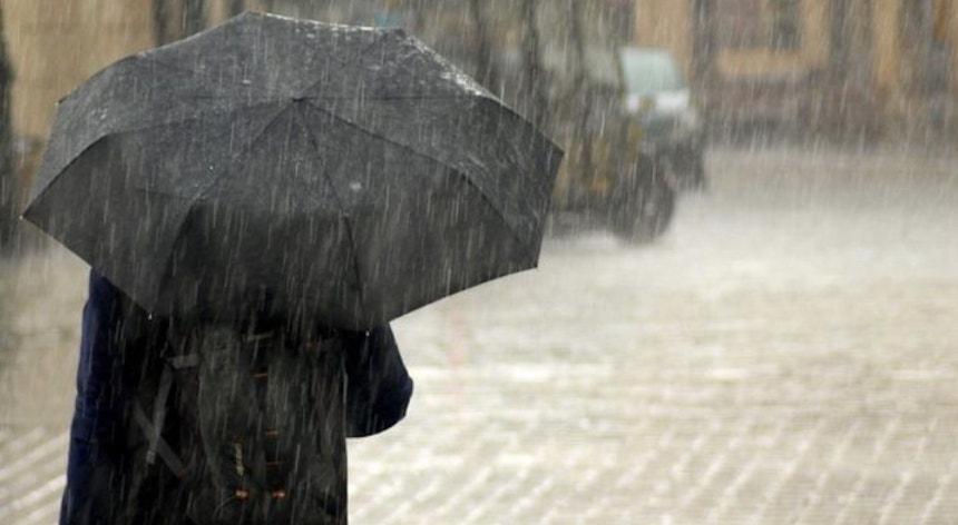 Catorze distritos sob aviso devido à previsão de chuva forte e trovoada