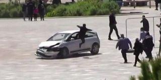 Homem saltou para a janela de um carro em movimento para parar condutor perigoso na Albânia