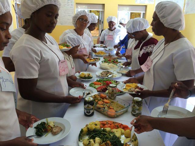 """Grupo """"Os Mosqueteiros"""" colaboram na construção do Centro de Formação Profissional da OMCV na Cidade do Tarrafal"""