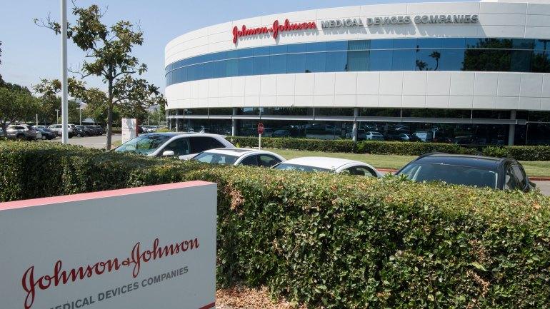 Johnson & Johnson supervisiona fábrica onde foram danificadas 15M de vacinas