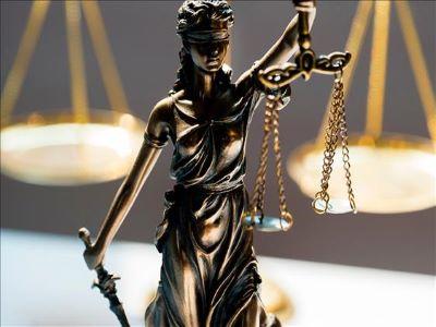 """""""Não tem crueldade suficiente."""" Juíza absolve de violência doméstica homem que arrastou mulher pelo pescoço"""
