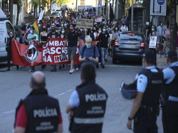 """Centenas em Coimbra gritaram que chegou a hora de """"os fascistas irem embora"""""""