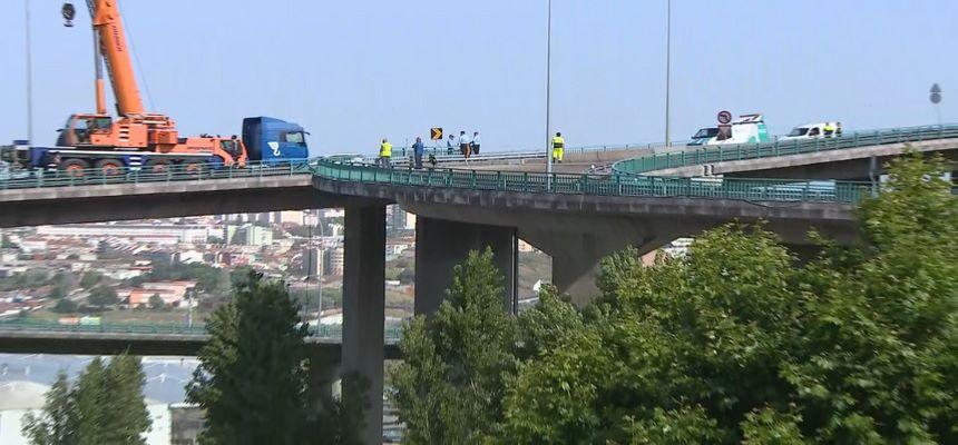 Queda de camião da recolha do lixo em viaduto de 70 metros faz um morto na Amadora