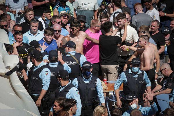 Dois adeptos ingleses detidos no Porto e um agente ferido