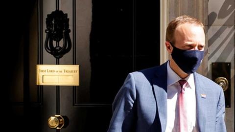 Demite-se ministro da Saúde britânico por incumprimento de regras de distância