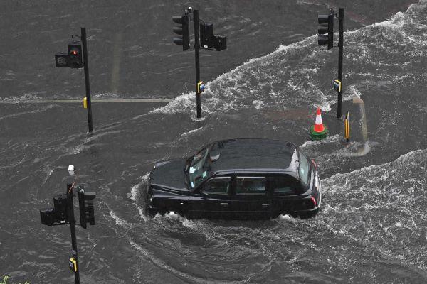 Após as inundações, Londres regressa lentamente à normalidade