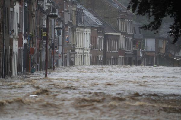 """População convidada a sair de Liège devido a inundação """"excecional"""" do rio Meuse"""