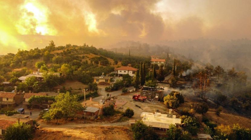 Turistas em pânico pelos incêndios na Turquia fogem para a costa à espera de resgate