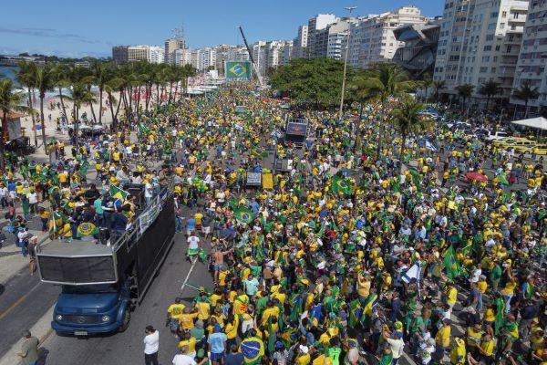 Milhares de manifestantes pró Bolsonaro querem mudar sistema de voto