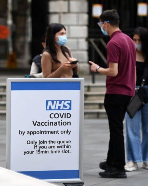Reino Unido oferece incentivos aos jovens para se vacinarem