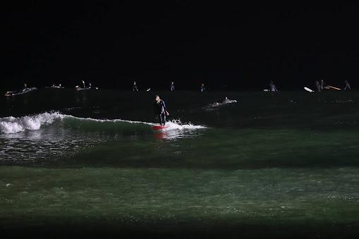 Iluminação que permite surfar à noite na Figueira da Foz foi inaugurada