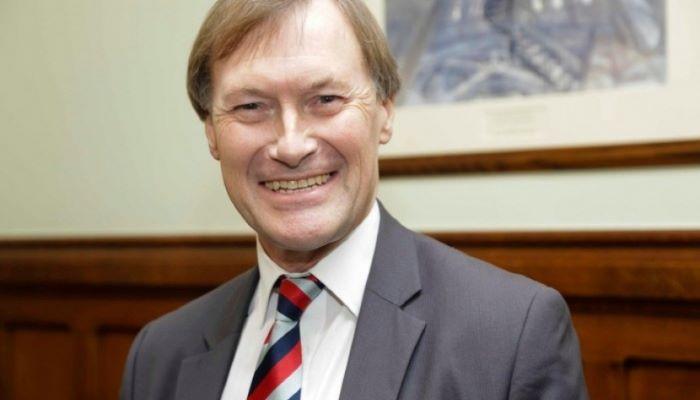 Morreu o deputado britânico do Partido Conservador esfaqueado durante audiências com eleitores