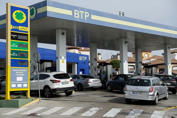 Portugueses aproveitam domingo para abastecer com combustível mais barato em Espanha